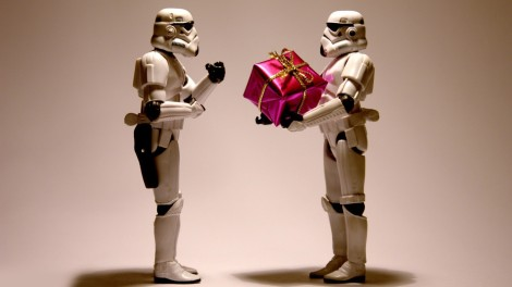 stormtroopers-with-a-christmas-present-10983